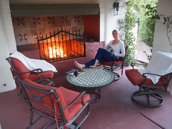 Colony Palms Hotel: Outdoor fire place