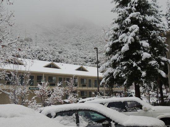 Yosemite View Lodge: Vista do estacionamento em 07/dez/2013