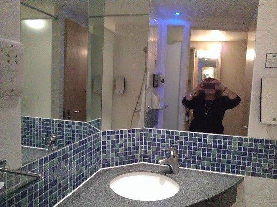 Holiday Inn Express Swindon City Centre: Bathroom