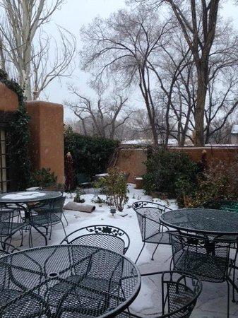 Hacienda Nicholas Bed & Breakfast Inn: Beautiful courtyard in the snow!