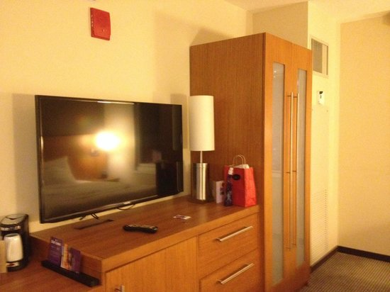 Hyatt Place Chicago / River North: TV and Closet