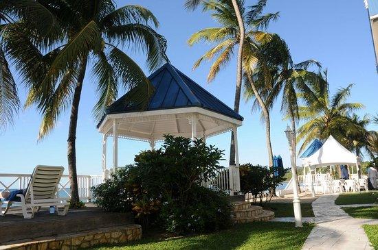 Villa Beach Cottages: Gazebo