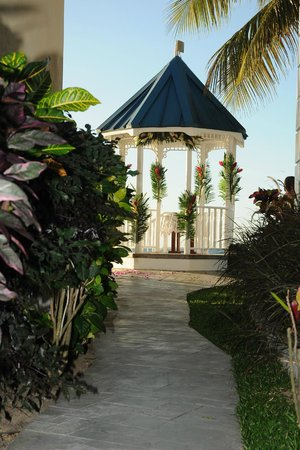 Villa Beach Cottages: Flowers on the Gazebo