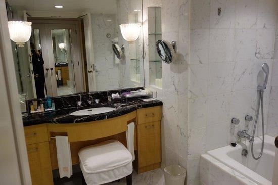 Hotel Hankyu International: Best bathroom in Japan.