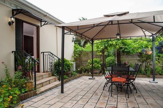 Blaauwheim Guest House: Shiraz's private garden and gazebo