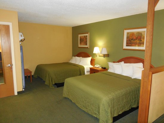 Red Roof Inn Amarillo West: 2 Queen size beds, warm decor, plenty of space!