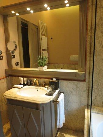 Palazzo Manfredi - Relais & Chateaux: Prestige Room bathroom