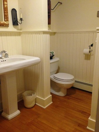 Blacksmith Inn On the Shore: In room bathroom