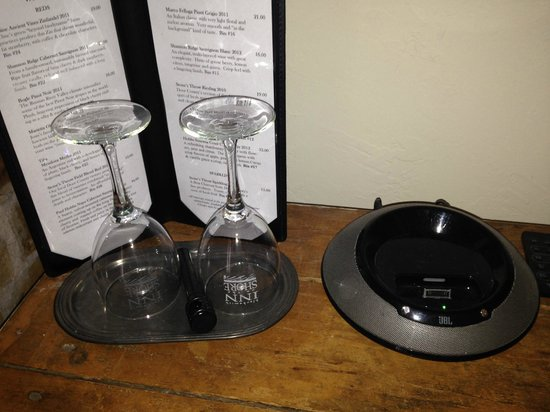 Blacksmith Inn On the Shore: The wine glasses in the room