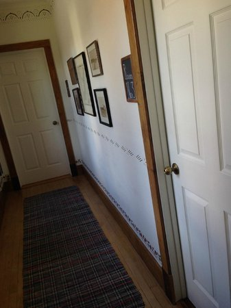 Blacksmith Inn On the Shore: Inn hallway
