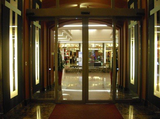 Hotel Grand Majestic Plaza Prague: Entrance