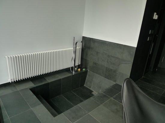 Hotel Consolacion : bañera en la habitación
