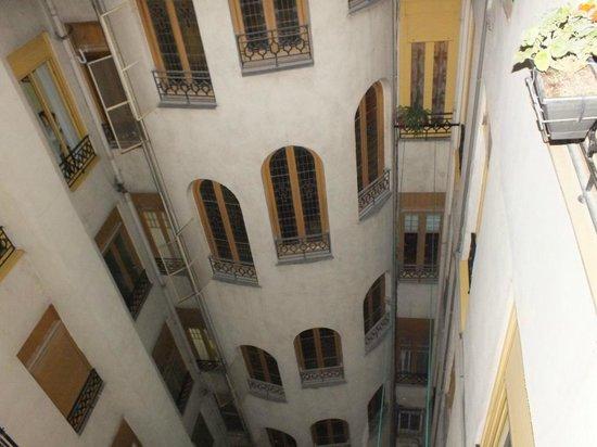 Hostal Main Street Madrid: вид во внутренний дворик