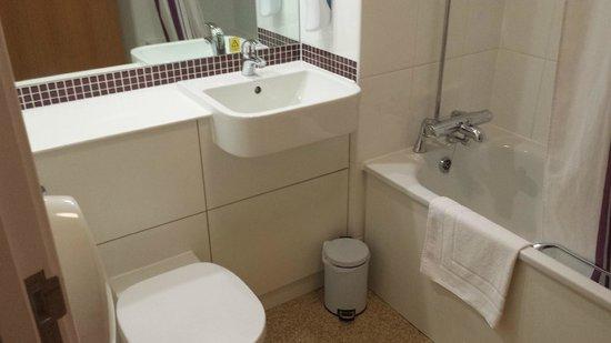 Premier Inn Burgess Hill Hotel: Nice bathroom, very clean