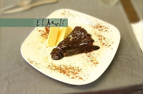Ripoll, Spain: Pastel casero de chocolate con nueces.