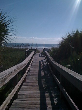 DoubleTree by Hilton Hotel Cocoa Beach Oceanfront: walk way to the beach