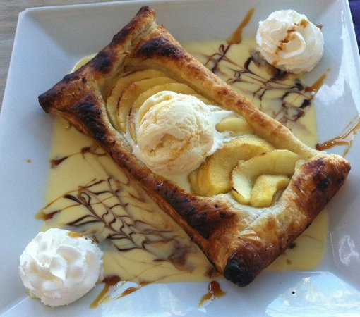 L'Oasis: Apple tart with 1 scoop of ice cream & 2 of whipped cream