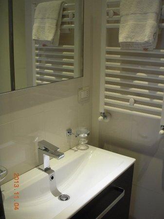 Rome Armony Suites: In suite bathroom!