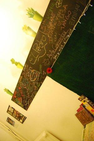 Gaia Hostel: muro degli ospiti