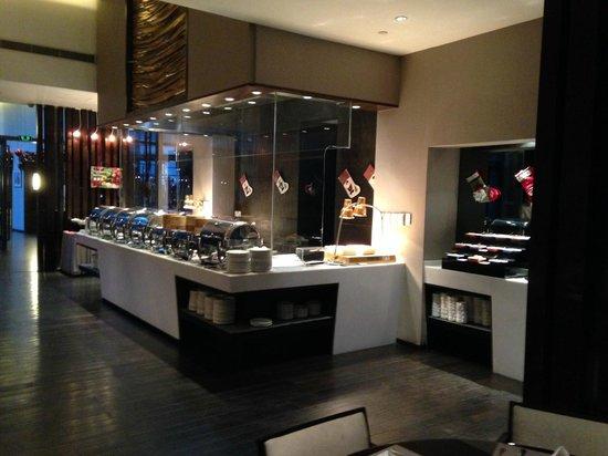 Parkyard Hotel Shanghai : Hot Breakfast Buffet Bar