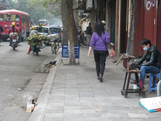 Tu Linh Palace Hotel : Street outside hotel - note the metal worker