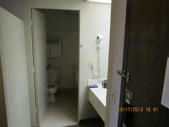 BEST WESTERN Golden Sails Hotel : It was nice having sinks inside and outside of the bathroom