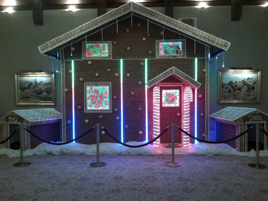 Montage Deer Valley : Gingerbread House with Dog house for Monty and Jonas