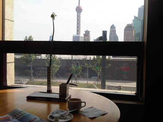 Les Suites Orient, Bund Shanghai: The business center has computers and tables to enjoy the view and the coffee.