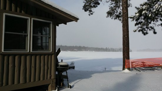 Cedaroma Lodge: Easy access to the lake