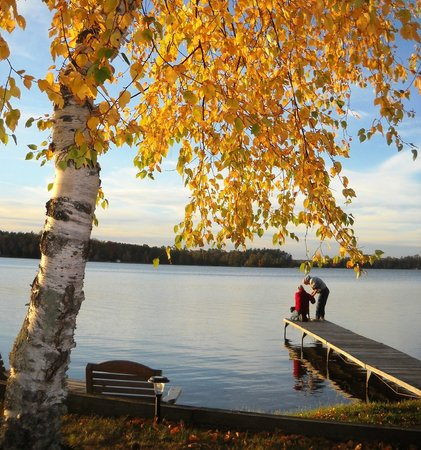 Cedaroma Lodge: A golden fall moment. Fisherman helping Fisherman!