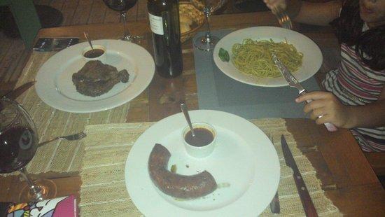 Trasfoguero : Bife ancho, spaghetti e chorizo. Excelentes.