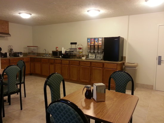 Americas Best Value Inn - Lincoln Airport : Breakfast Area 06
