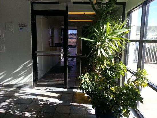 Americas Best Value Inn - Lincoln Airport: Hallway 02