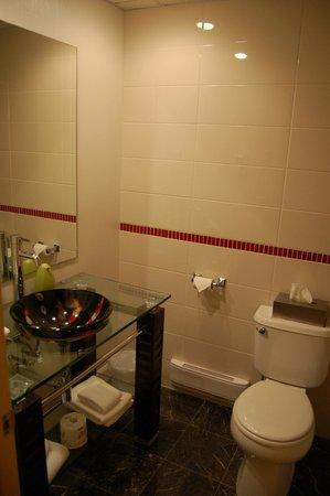 Le Champlain Hotel: Banheiro do quarto standard