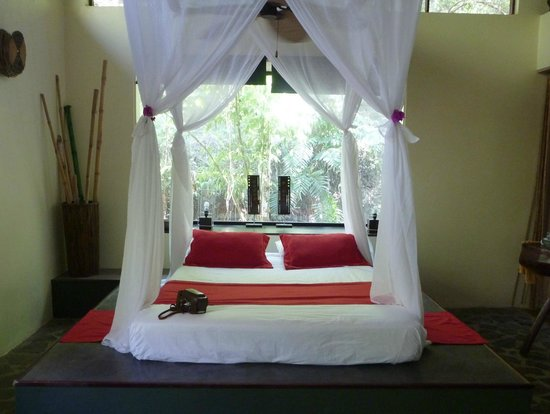 Canaima Chill House: The main bed in our suite.