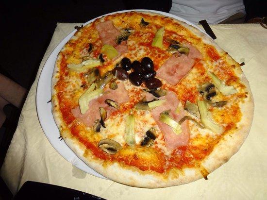 Il Cantuccio: Pizza   真ん中のオリーブがとても酸っぱいです。