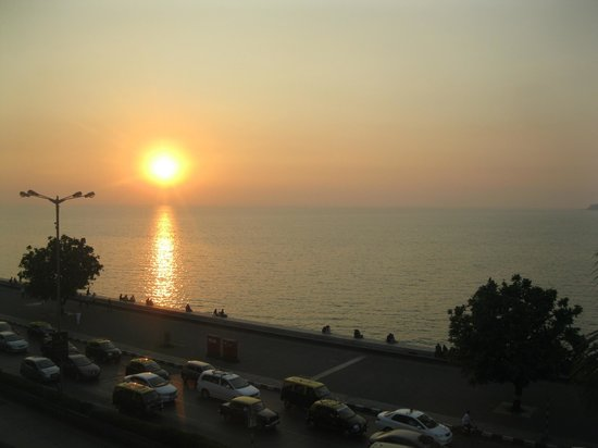 Hotel Marine Plaza: Sunset on Marine drive from our room
