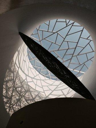 Dusit Devarana New Delhi : Beautiful Pendulum near lobby