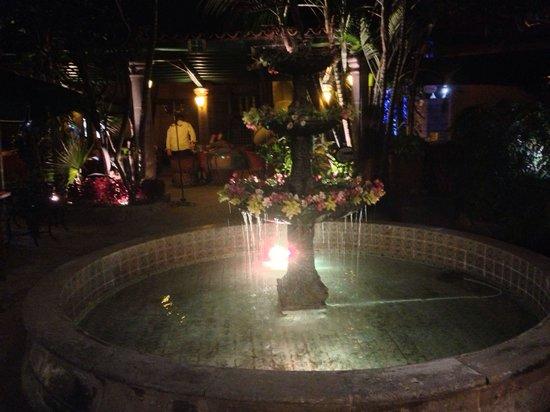 El Patio Tlaquepaque: The fountain