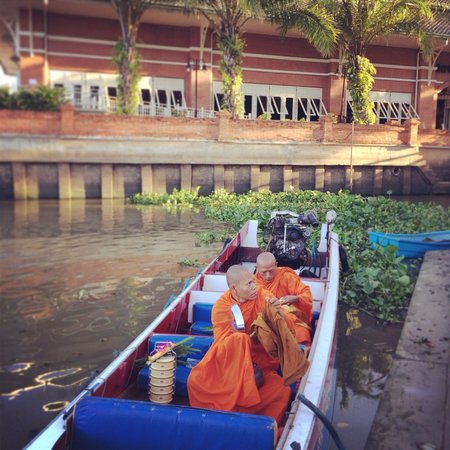 Buddy Oriental Riverside Pakkred: Offer food to monk by the river