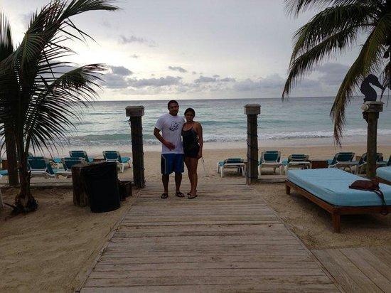 Mayan Princess Beach & Dive Resort: Salida del bar de la playa a las sillas frente al mar