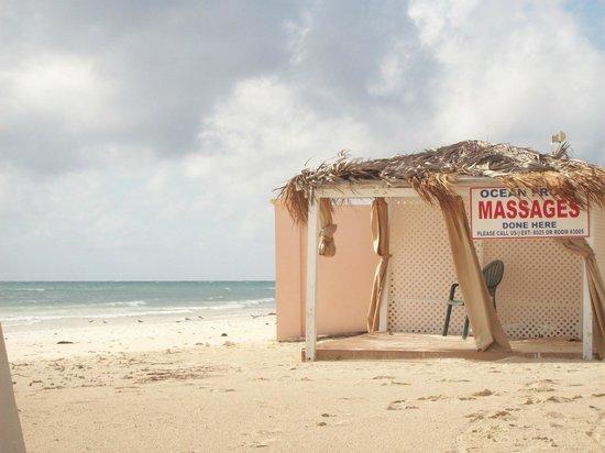 Island Seas Resort : Beach and smassage hut