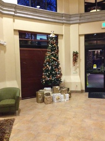 Embassy Suites by Hilton Tucson Paloma Village: Lobby decorated for Christmas