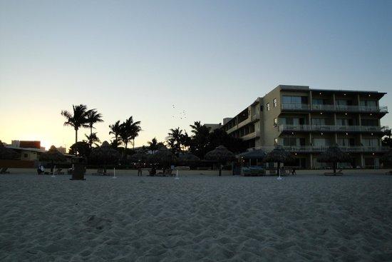 Days Hotel - Thunderbird Beach Resort: Hotel visto da praia