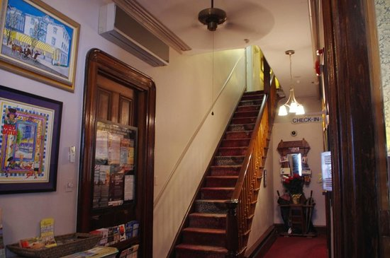 Carroll Villa Hotel: Hotel Entrance and Stairway