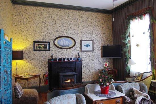 Carroll Villa Hotel : Cozy Living Room on First Floor