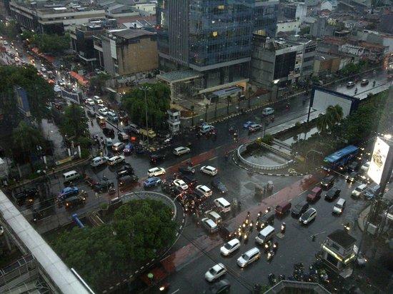 Grand Mercure Jakarta Harmoni: Blick aus dem 15. Stock auf die Hauptstraße