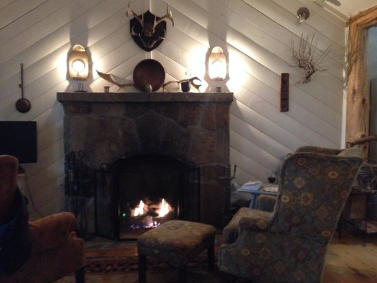 Lake Rabun Hotel & Restaurant : Cozy cabin with fireplace