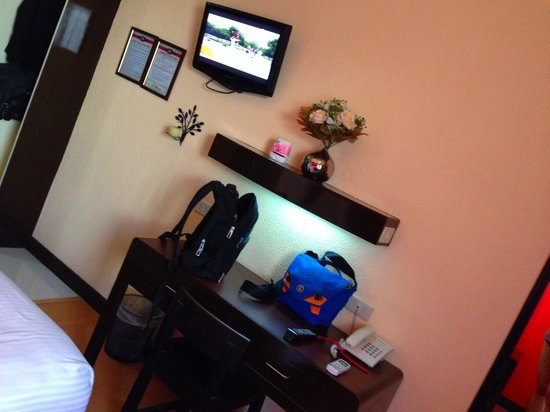 Ice Castle Experience Hotel: TV and Desk for work