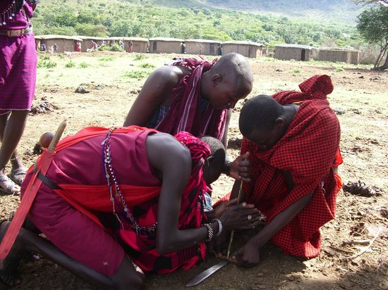 Chalkoko Safaris : Maasai Tribesmen making fire